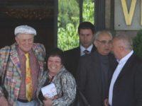 За последно Евгени Евтушенко (първият вляво) бе в България през 2009 година. Сред посрещачите бе и големият български писател Антон Дончев ( / БГНЕС