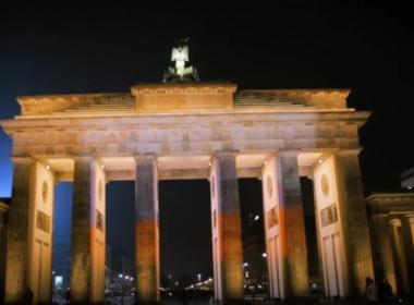 Активисти осветиха Бранденбургската врата в Берлин в цветовете на руското знаме