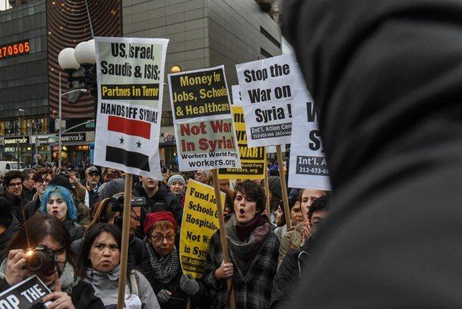 Демонстранти протестират в Ню Йорк срещу атаката в Сирия.