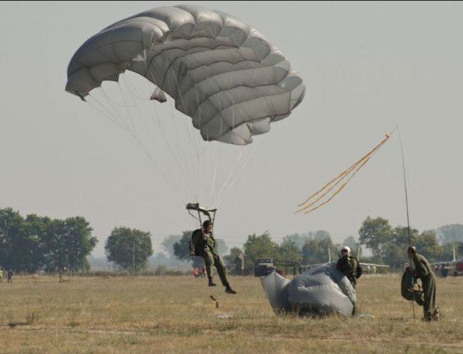 Сръбските специални части започнаха парашутно обучение в Русия