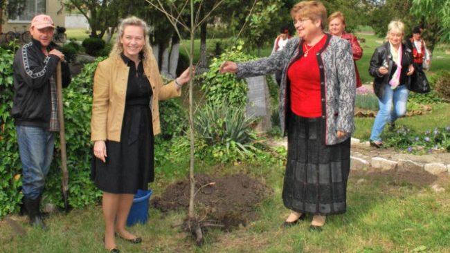 Руският консул Оксана Жерновая засади дърво в село Дъбовик
