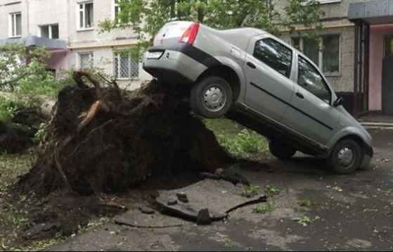 Над 1000 спасители възстановяват Москва след урагана убиец