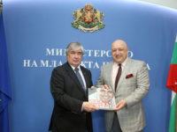 Ето какво подари Красен Кралев на руския посланик