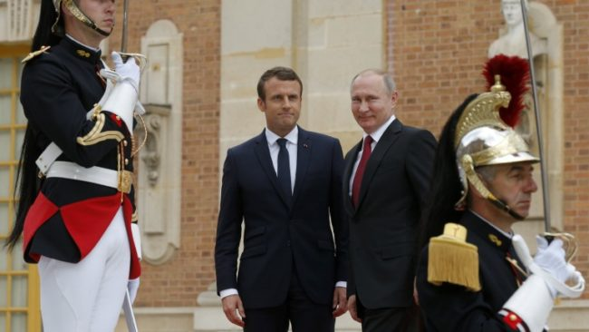 epa05997598 Russian President Vladimir Putin (C-R) and French President Emmanuel Macron (C-L) pose for a photo at the Palace of Versailles, near Paris, France,  29 May 2017. The meeting comes in the wake of the Group of Seven's summit over the weekend where relations with Russia were part of the agenda, making Macron the first Western leader to speak to Putin after the talks. Discussions are expected to include the situation in Syria and Russia's veto position at the UN security council.  EPA/ALEXANDER ZEMLIANICHENKO/POOL / POOL MAXPPP OUT