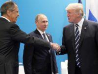 Доналд Тръмп се ръкува с русикя външен министър Сергей Лавров в началото на вчерашната среща с руския му колега в Хамбург. / БГНЕС