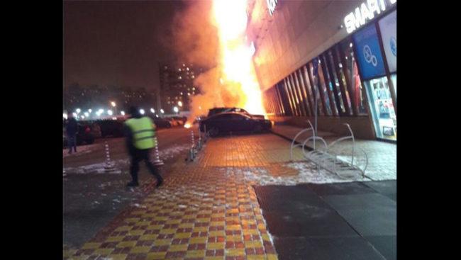 Пожар обхвана мол в Москва