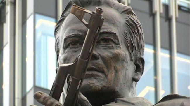Издигнаха паметник на Калашников в центъра на Москва (Видео)
