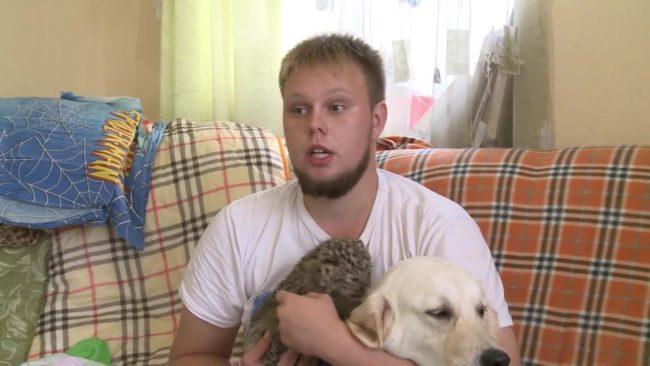 Куче се грижи за малко леопардче в Русия (ВИДЕО)