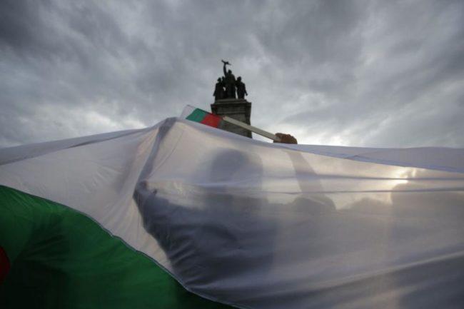 Вандали поругаха паметник в София